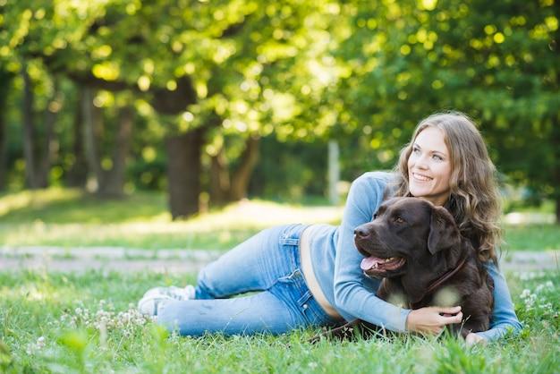 Mulher feliz, abraçar, dela, cão, em, jardim