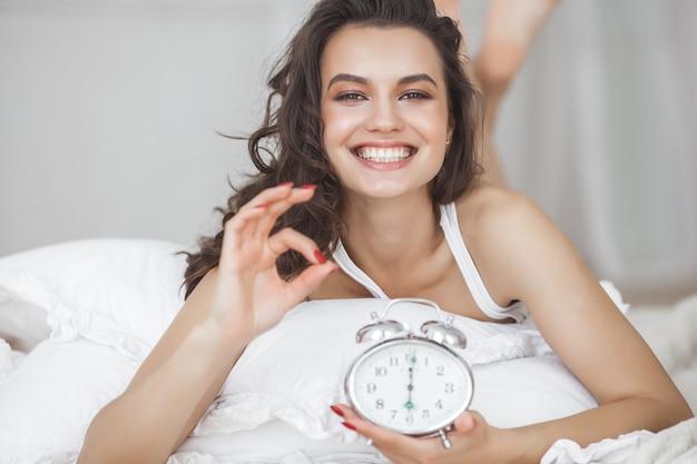 Mulher feliz acordando de manhã. sentindo bem