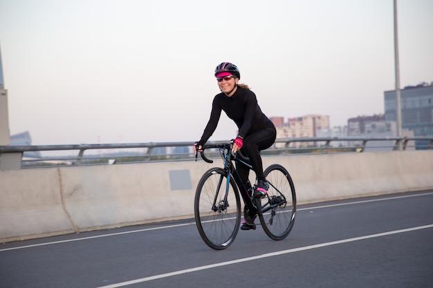 Mulher feliz andando de bicicleta