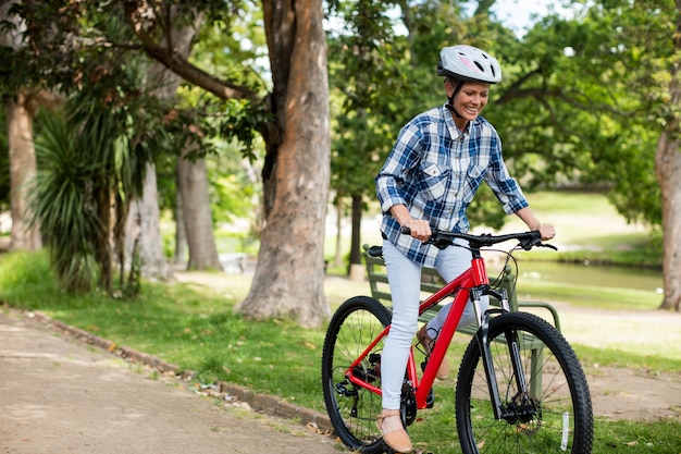Mulher feliz, andar de bicicleta no parque