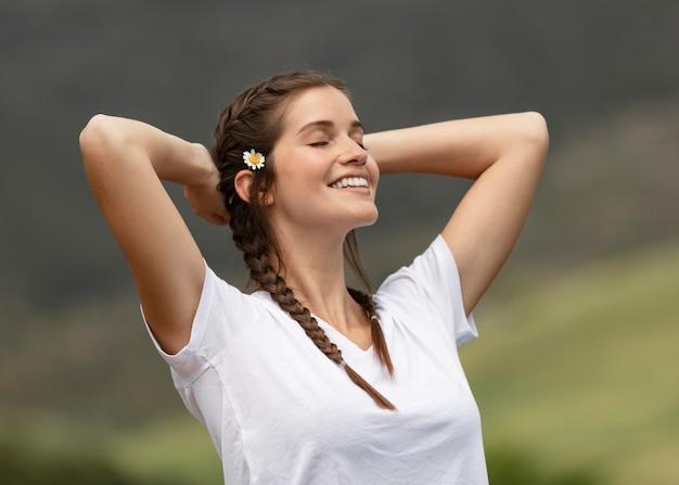 Mulher feliz ao ar livre com tiro médio