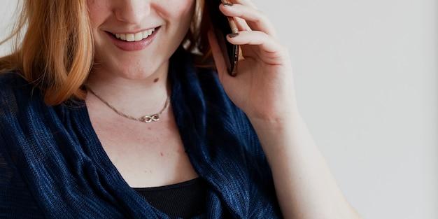 Mulher feliz ao telefone