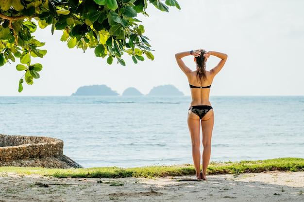 Mulher feliz, aproveitando a praia no verão