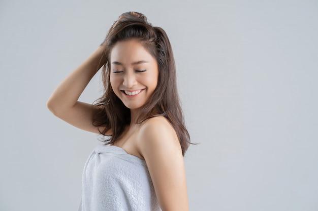 Mulher feliz asiática com toalha