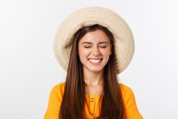 Mulher feliz atraente, preparando-se para as férias de verão