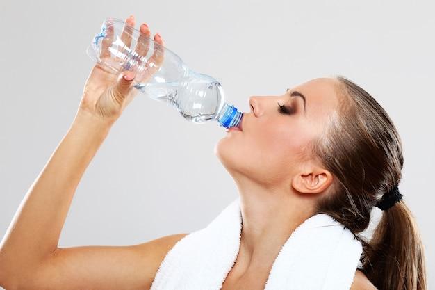 Mulher feliz, bebendo água