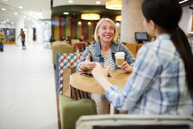Mulher feliz, bebendo café, com, amigo