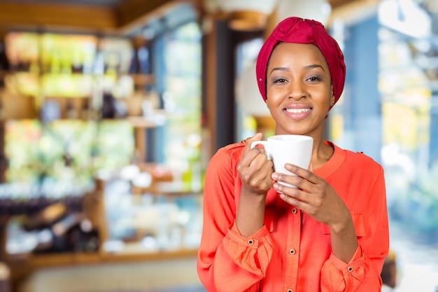 Mulher feliz, bebendo, xícara chá