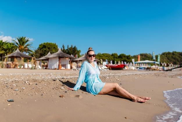 Mulher feliz caminhando na praia