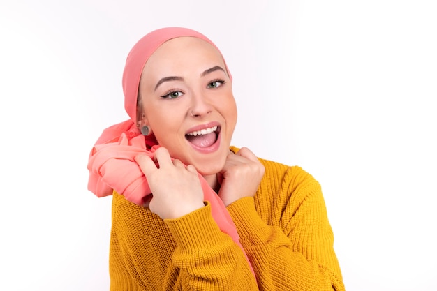 Mulher feliz com a boca aberta, lutando contra o câncer