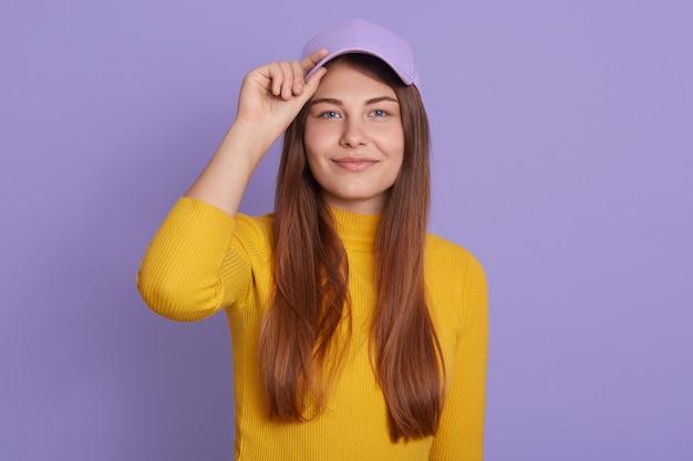 Mulher feliz com aparência agradável e cabelo longo bonito