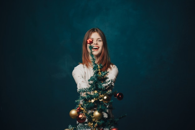 Mulher feliz com árvore de natal