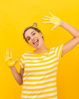 Mulher feliz com as mãos pintadas