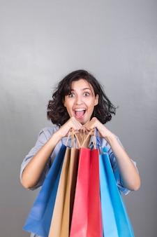 Mulher feliz, com, bolsas para compras