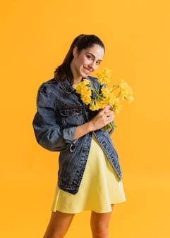 Mulher feliz com buquê de flores