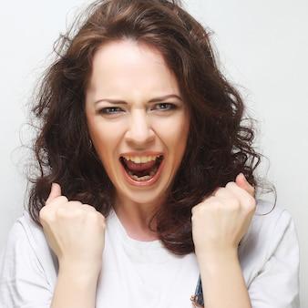 Mulher feliz com cabelo encaracolado