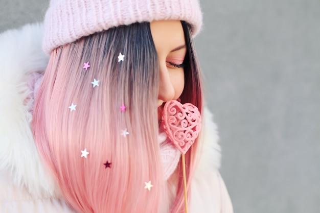 Mulher feliz com cabelo rosa incomum