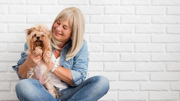 Mulher feliz com cachorro em tiro médio
