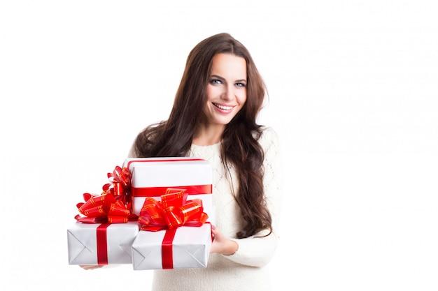 Mulher feliz com caixas de presente.