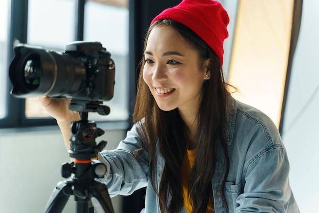 Mulher feliz com câmera fotográfica