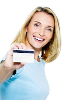 Mulher feliz com cartão de crédito