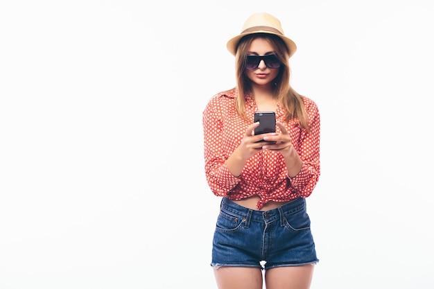Mulher feliz com celular, sobre fundo branco