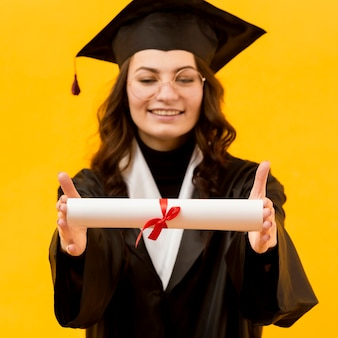 Mulher feliz com certificado