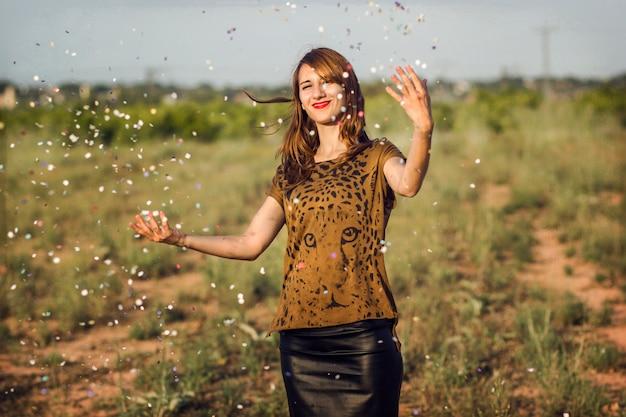 Mulher feliz com confete