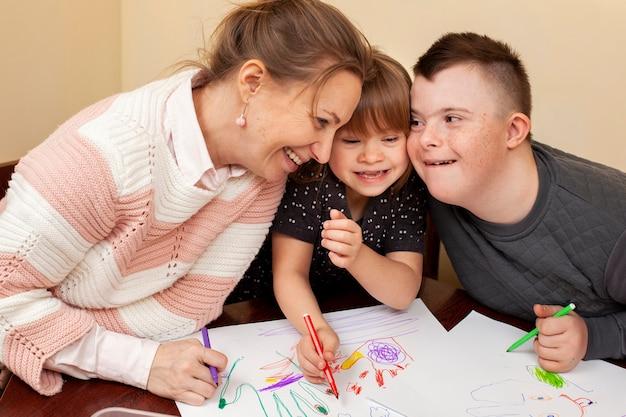 Mulher feliz com crianças com síndrome de down
