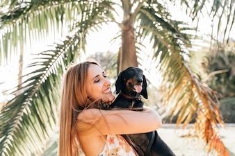 Mulher feliz, com, dela, cão, furar lingüeta