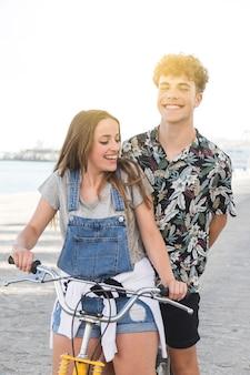 Mulher feliz, com, dela, namorado, bicicleta equitação