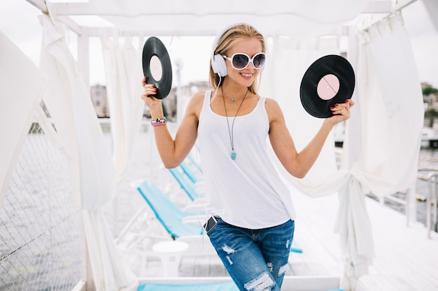Mulher feliz com discos de vinil