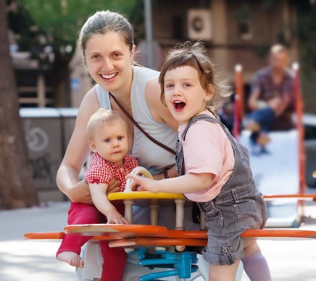 Mulher feliz com dois filhos