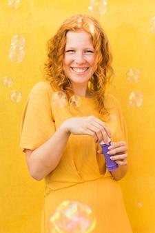 Mulher feliz com fabricante de bolhas
