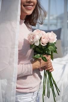 Mulher feliz com flores