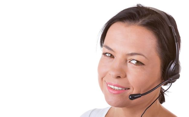 Mulher feliz com fone de ouvido trabalhando no callcenter em um fundo branco