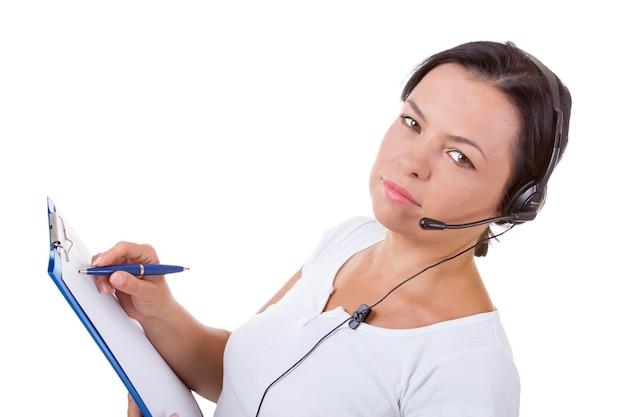 Mulher feliz com fone de ouvido trabalhando no callcenter segure a área de transferência em um fundo branco