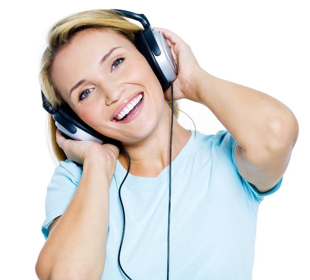 Mulher feliz com fones de ouvido isolados