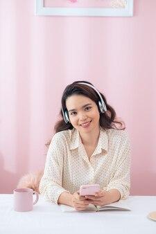 Mulher feliz com fones de ouvido ouvindo música