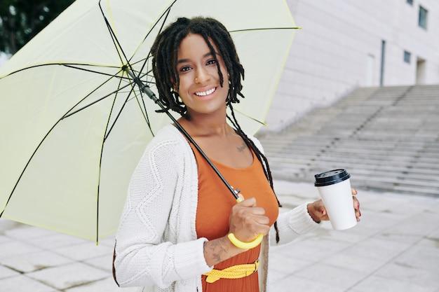Mulher feliz com guarda-chuva