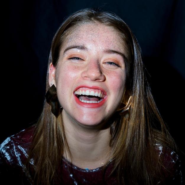Mulher feliz, com, lantejoulas, ligado, rosto