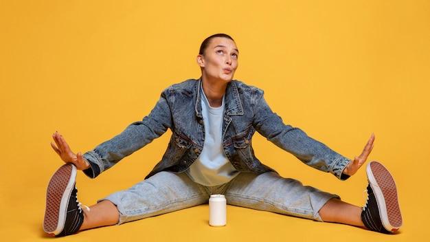 Mulher feliz com lata de refrigerante entre as pernas