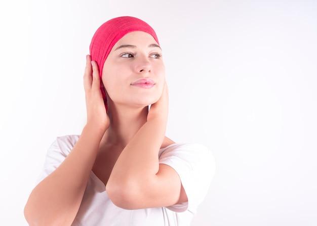 Mulher feliz com lenço rosa lutando contra o câncer