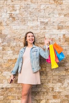 Mulher feliz, com, luminoso, bolsas para compras