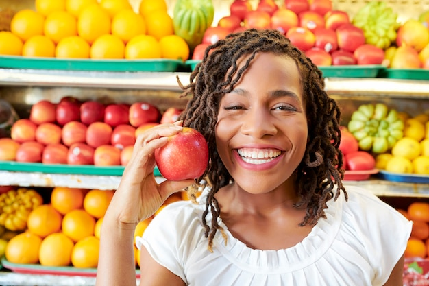 Mulher feliz com maçã vermelha