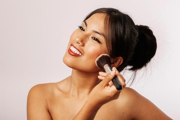 Mulher feliz com maquiagem facial
