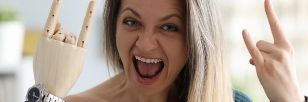 Mulher feliz com membro artificial