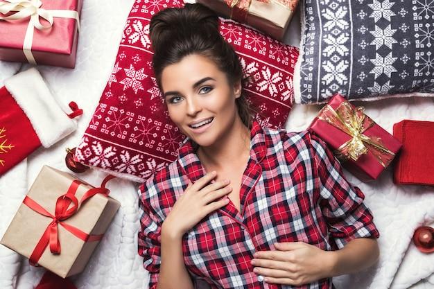 Mulher feliz com muitos presentes de natal