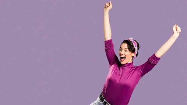 Mulher feliz, com os braços esticados e copie o espaço