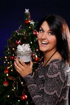 Mulher feliz com presente de natal